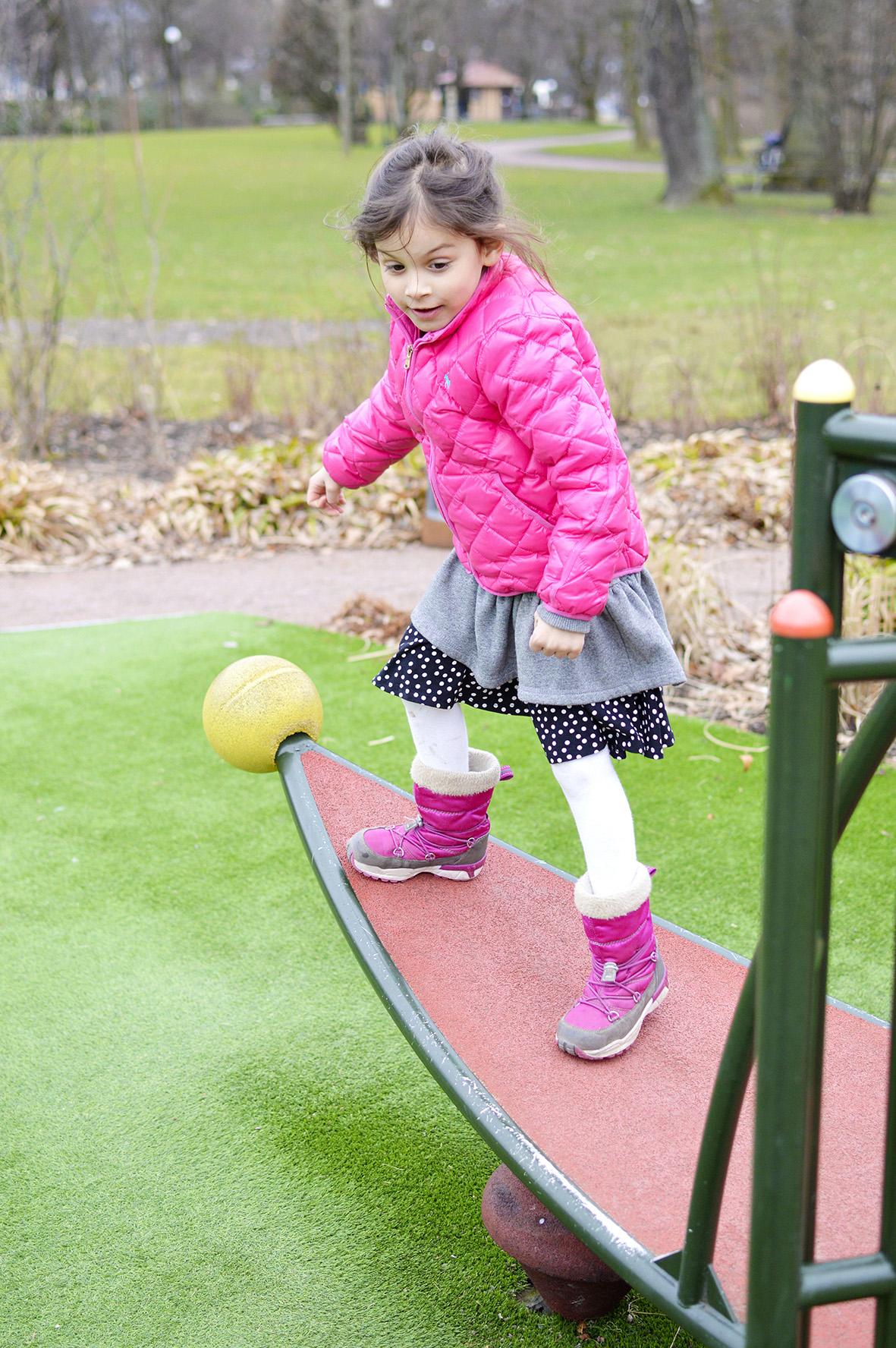 Flicka leker i Trädgårdsföreningen